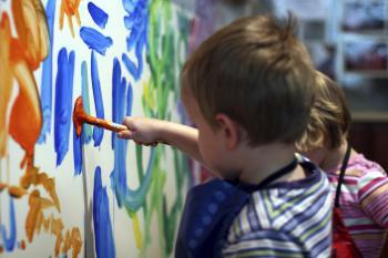 nino-pintando-en-un-mural