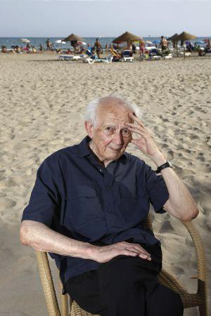 El pensador polaco Zygmunt Bauman en la playa de Voramar ÁNGEL SÁNCHEZ